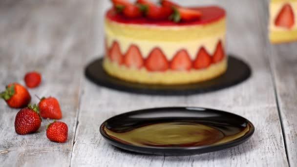 Kousek jahodového koláče. Jahodový dort Fraisier se vanilkovou smetanovou.