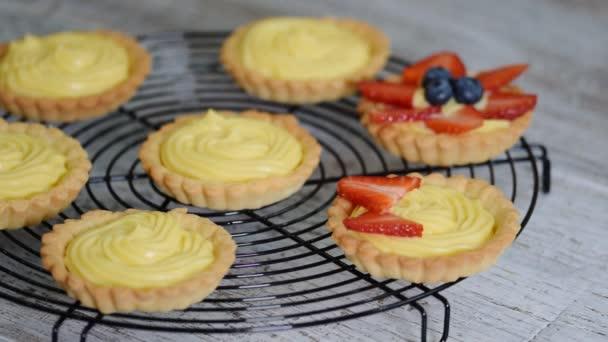 Sommerbeeren-Tarte mit Sahne und frischen Beeren.