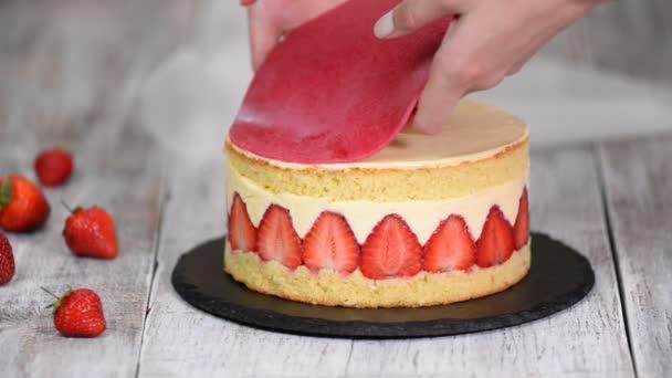 Eper Fraisier torta. Péksütemény szakács fel Marcipán a tortán.
