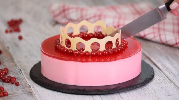 Mousse torta piros ribiszke fehér alapon. Vágás mousse torta