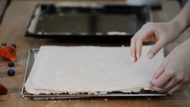 Žena vyjme papír z podšívky z meringue.