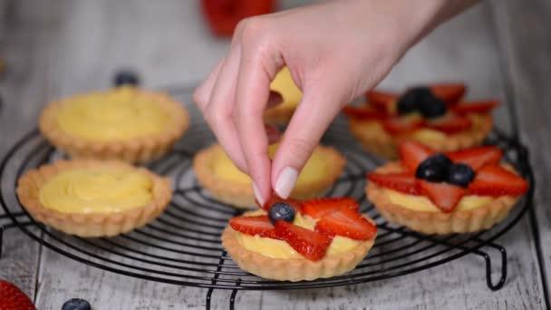 Tartlets mit Pudding, Erdbeeren und Heidelbeeren.