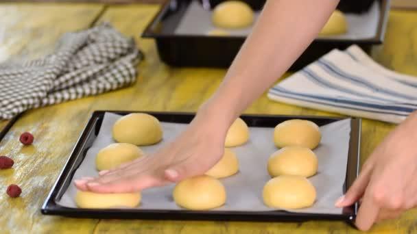 Ženské baker vaření buchty v kuchyni.