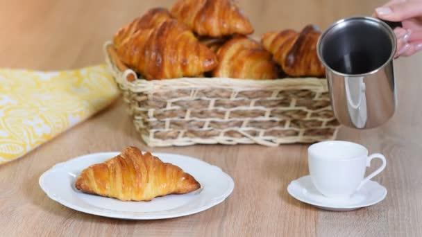 Csésze friss kávé croissant a fából készült háttér. Öntött eszpresszó egy csésze