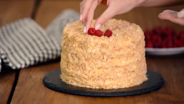 Cukrászat díszíti Napóleon rakott Cake friss málna