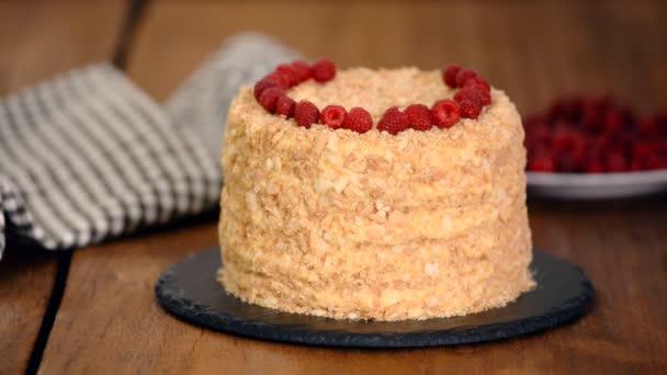 Cukrászat díszíti Napóleon rakott Cake friss málna.