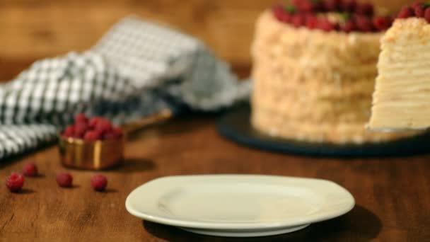 Krajíc cukroví Napoleon Dort zdobený malinkou. Porce krémového dortu.