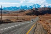 Paesaggio con la strada di montagna bella vuota. Priorità bassa di corsa. Strada principale alle montagne