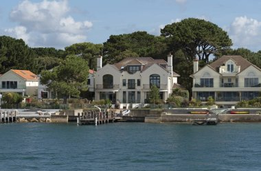 Sandbanks, Dorset, England, UK. Exculsive homes overlook the entrance to Poole Harbour on this small peninsula.