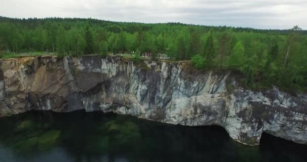 légi erdei tisztás a szikla a turisták tó hajó