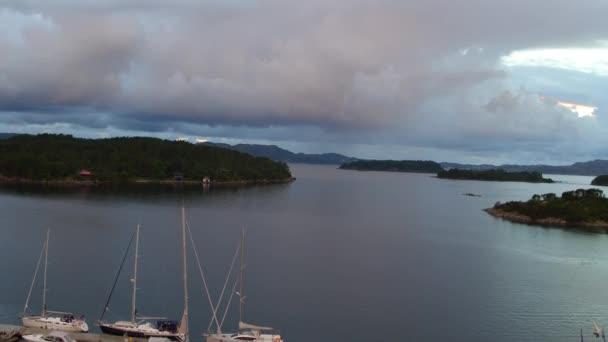 Letecká Jachty motorové čluny kotví na dřevěné molo v zátoce moře