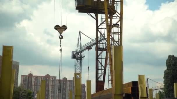 hák věžových jeřábů s řetězy visí na staveništi