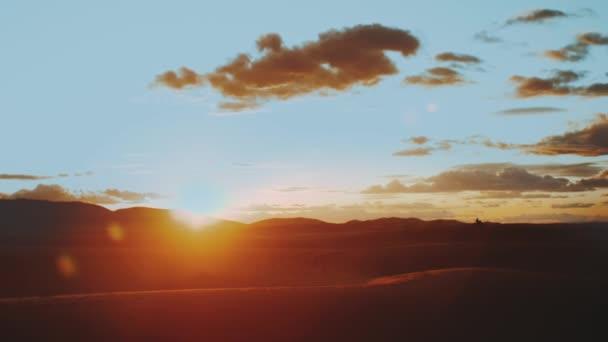 Arany homok és felhős ég a Szahara sivatagban. Napnyugta. Gyönyörű sivatagi táj. Szaharai sivatag. Homokdűnék arab sivatagban. Homokdűnék hullámmintázata. Természet háttér, Marokkó, teljes HD