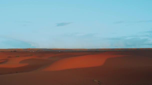Arany homok és tiszta ég a Szahara sivatagban. Napnyugta. Gyönyörű sivatagi táj. Szaharai sivatag. Homokdűnék arab sivatagban. Homokdűnék hullámmintázata. Természet háttér, Marokkó, teljes HD
