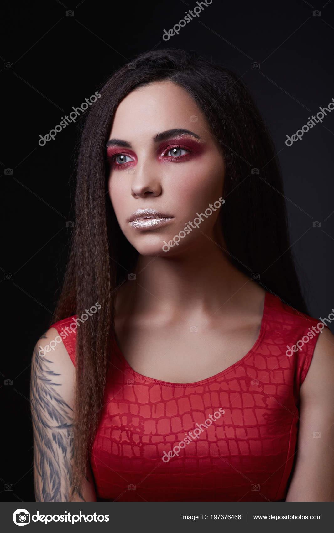 Hermosa Chica Con Tatuajes Maquillaje Labios Plata Tatuado Mujer