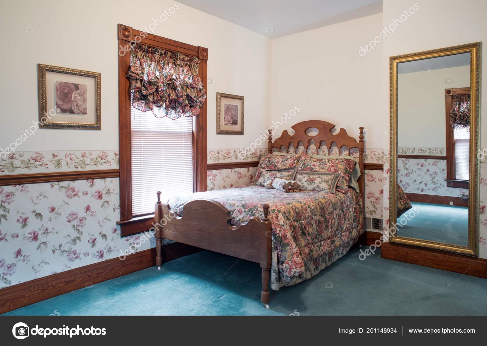 Ancienne Chambre Coucher Avec Lit Noyer Antique — Photographie ...