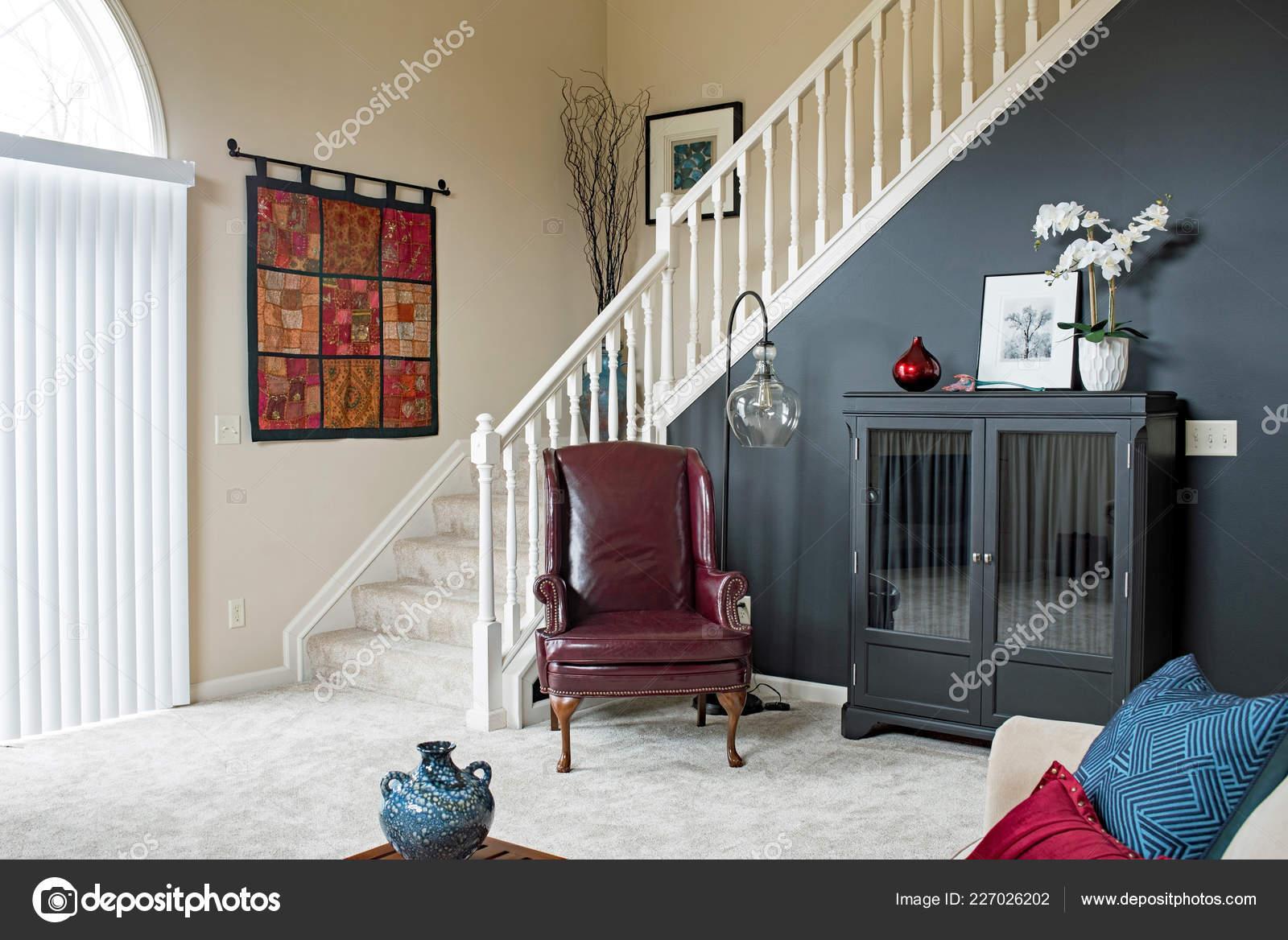 Wohnzimmer Treppe Mit Schwarzem Akzent Wand — Stockfoto ...