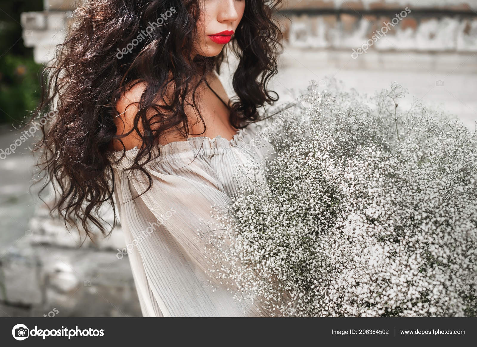 Curly Girl Sundress Lush Bouquet Posing Light Wall Background Fotografia De Stock