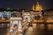 Noční pohled z Széchenyi Řetězový most a kostel St. Stephens v Budapešti