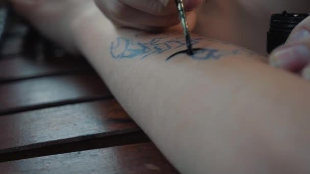 Rajz a childs tetoválás a kezét fekete festékkel. Szép, támaszkodva a gyermek kezét