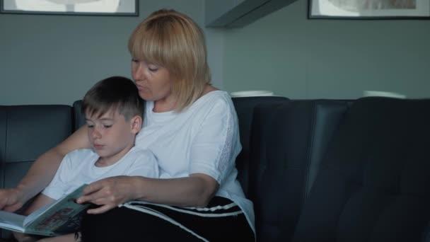 Šťastná rodina. Máma a syn číst knihu