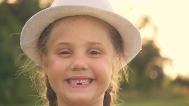 Porträt eines süßen Mädchens, das in die Kamera blickt und lächelt. Positive Gefühle des Babys. Das Lächeln eines glücklichen Kindes. Ein Kinderlächeln ohne Zahn. Zahnverlust bei einem Vorschulkind.