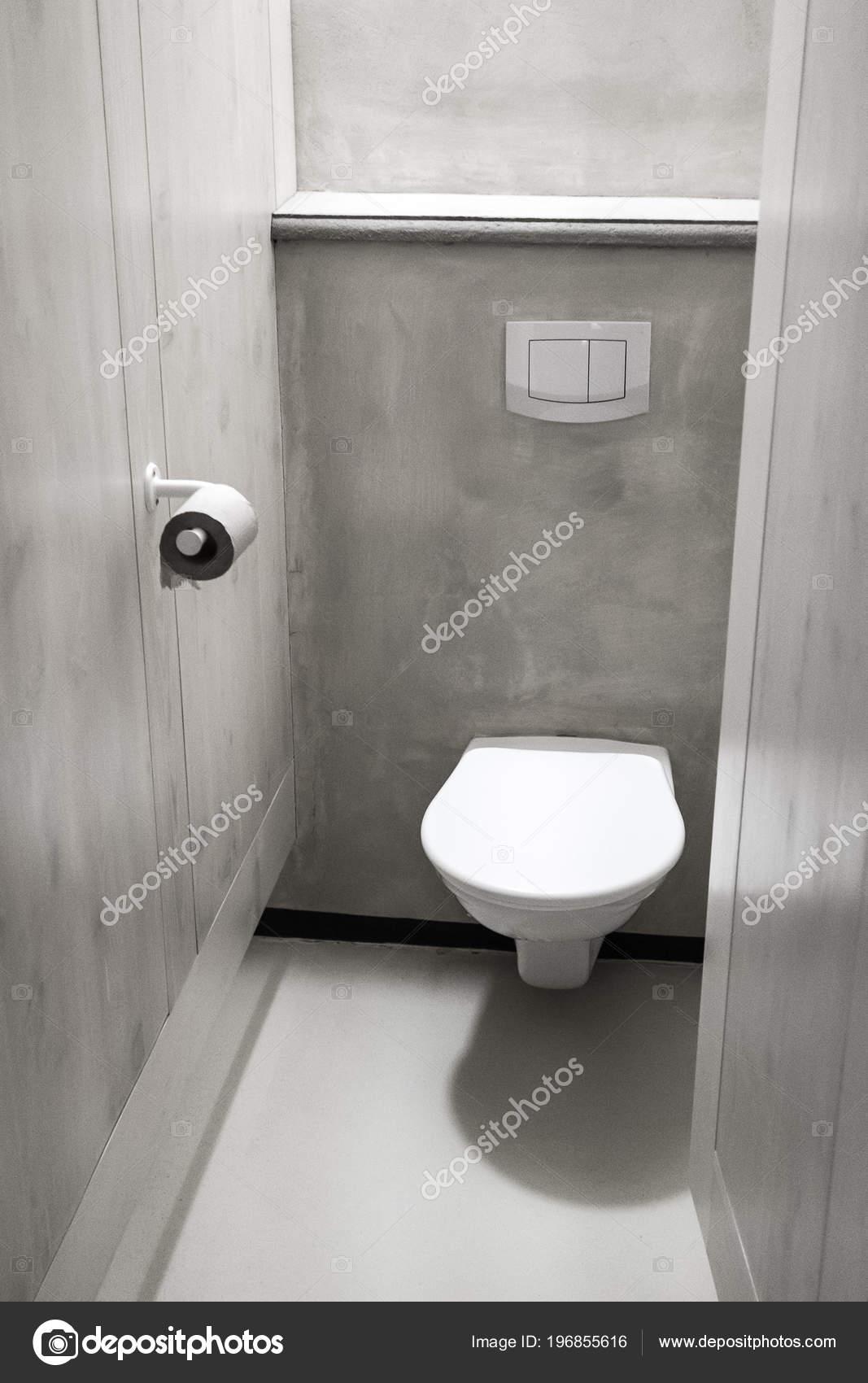 Moderne Europäische Toilette Mit Grauen Betonfläche Kabine Mit ...