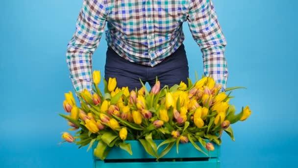 Mužské květinářství drží pole květin