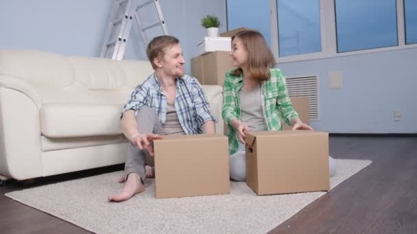 Mladý šťastný pár přestěhoval nového bytu