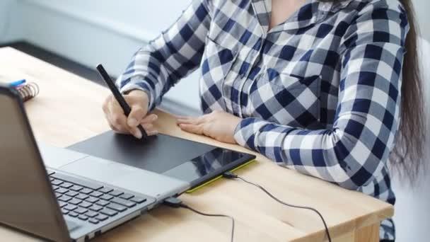 Zena Graficky Designer Pracujici S Digitalni Kresleni Tabletu A Pera