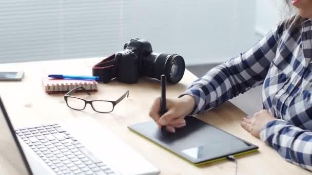 Žena grafický designér pracující s digitální kreslení tabletu a pera v počítači