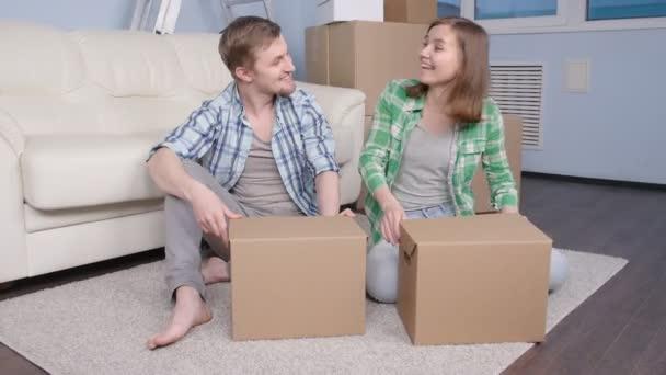 junges Ehepaar zieht in neue Wohnung