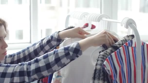 Žena výběru oblečení a šaty