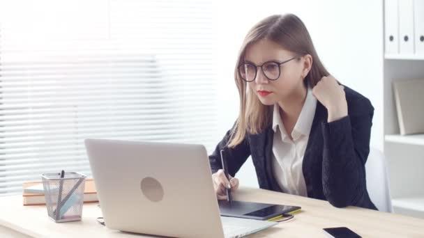 Žena návrhář pracující v kanceláři s grafický tablet