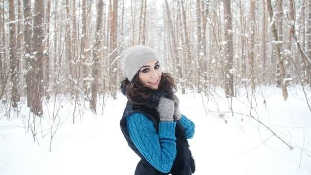 junge kaukasische Frau in einem Winterpark oder Wald