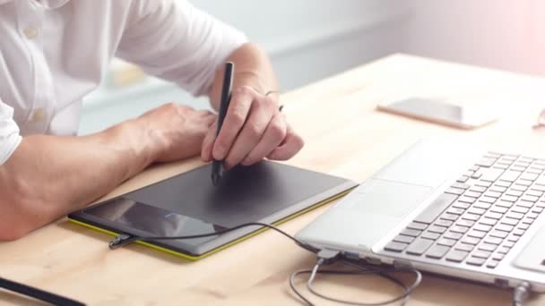 Büro-Work-Konzept. Grafik-Designer sitzen am Schreibtisch mit Laptop und tablet
