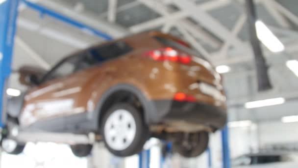 Rozmazané pozadí: auto technika opravy auto v garáži