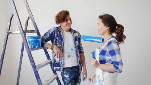 Pojmu přestěhování do nového domova. Mladý pár obnovuje a maluje zdi v jejich novém domově