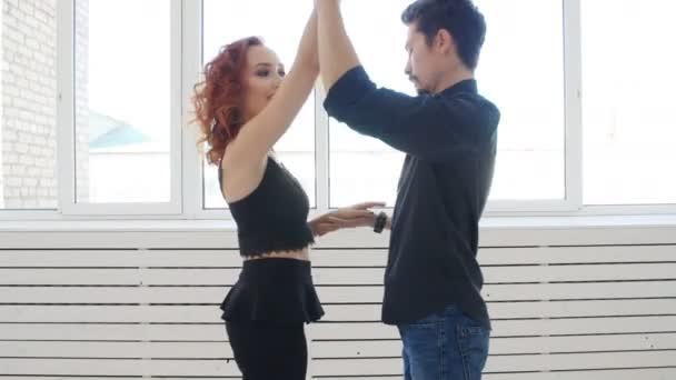 Fiatal pár, tánc, társadalmi tánc kizomba vagy bachata vagy semba a tánc osztály bent