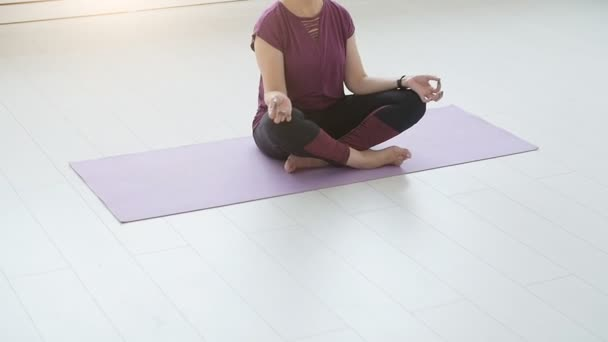Yogi mittleren Alters attraktive Frau praktiziert Yoga im Haus