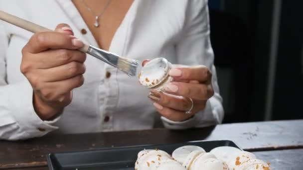 Koncept sladkostí a pečivo. Pečivo nebo baker šéfkuchař připravující macarons