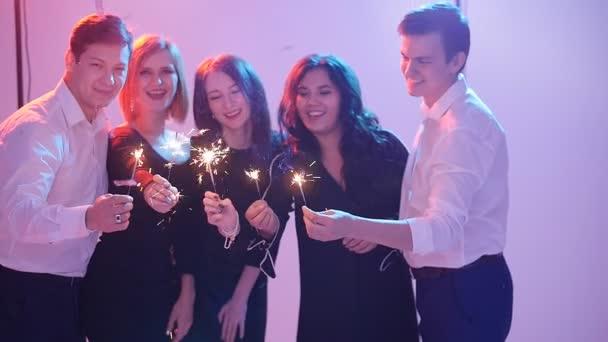 Gruppe von Freunden, die sich mit Wunderkerzen vergnügen. Nachtparty-Konzept