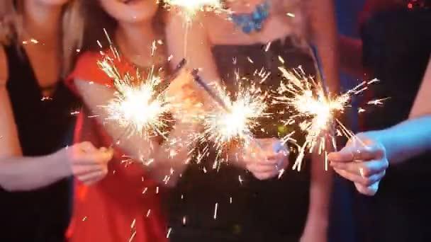 Gruppe von Freunden, die Spaß mit Wunderkerzen. Nacht Party Konzept