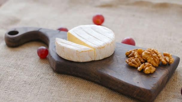 Bílá plíseň sýr otočit na dřevěném prkénku