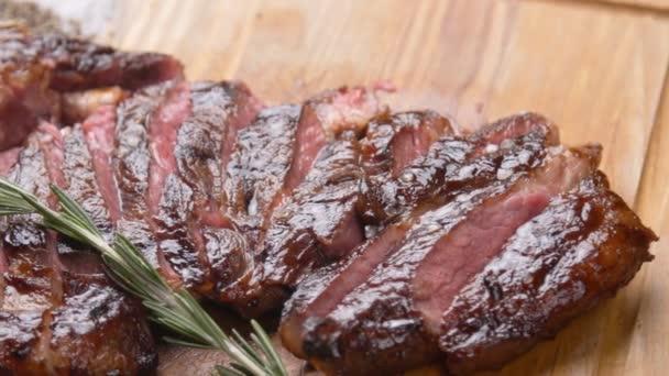 Vaření koncept. Grilovaný marinovaný hovězí bok steak na dřevěné desce