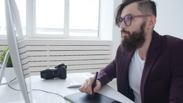 Konzept, Grafik-Design und professionelle Fotografie. Junge männliche Grafik Designerin, Fotografin arbeiten im Büro oder zu Hause