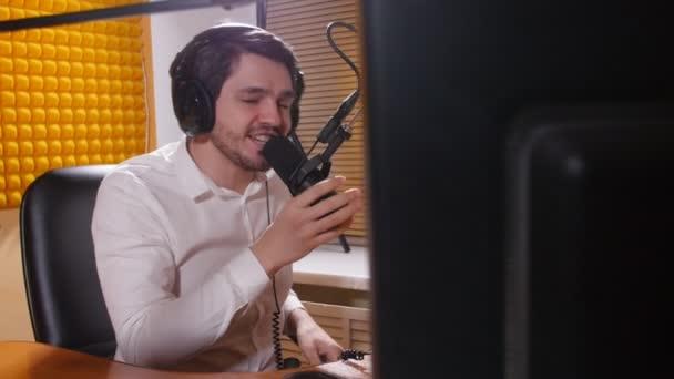 Fiatal ember beszél a mikrofon fejhallgató. Online rádió és a podcasting koncepció.