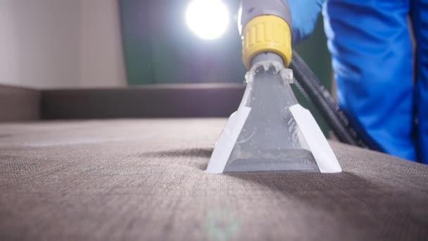 professionelle chemische Reinigung eines Sofas. das Konzept der Reinigung im Büro oder zu Hause