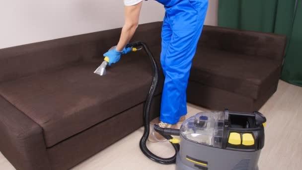 Koncept čistoty. Pracovník čistírny odstraňování nečistot z čalouněného nábytku