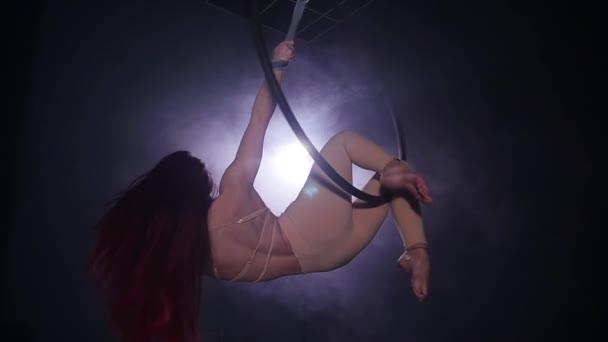 Koncepció, a tánc és a torna. Fiatal nő dance előadó a légi karika